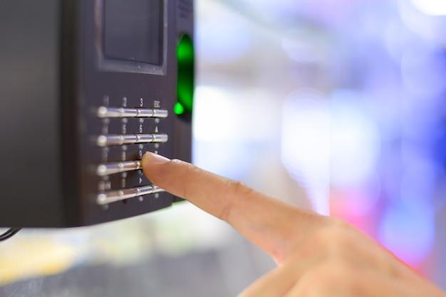 Numérisation d'empreintes digitales pour déverrouiller le système de sécurité de la porte, enregistrer le temps de travail du bureau. Photo Premium