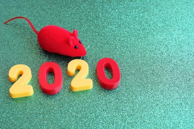 Numéro Du Nouvel An 2020 Et Une Souris Jouet Rouge Sur Un Green Photo Premium