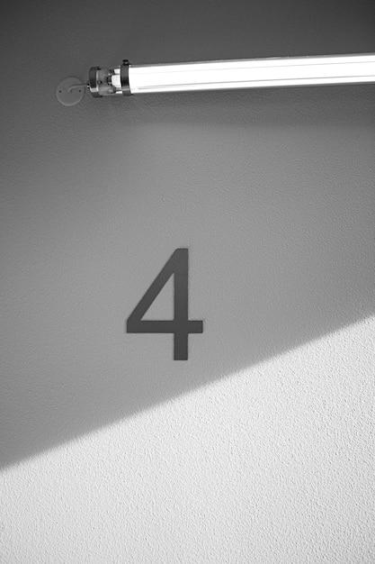 Numéro Quatre Sur Le Mur Sous La Lumière Au Néon Photo gratuit