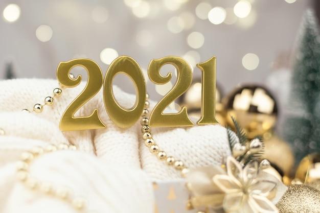 Numéros De L'année 2021 Sur Fond De Bokeh Doré Humeur Du Nouvel An, Noël, Carte De Voeux, Fond De Nouvel An Photo Premium