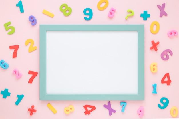 Numéros Mathématiques Colorés Entourant La Carte Blanche Vide Photo gratuit