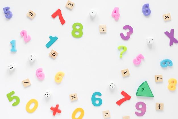 Numéros Mathématiques Colorés Sur Fond Blanc Photo gratuit