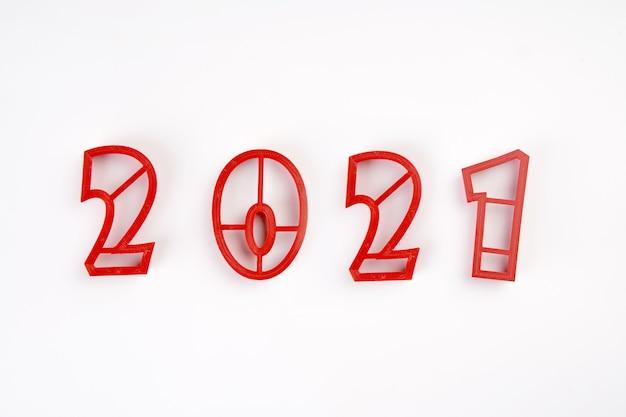 Numéros De Moisissure Rouge De 2021 Nouvel An Isolé Sur Fond Blanc. Photo Premium