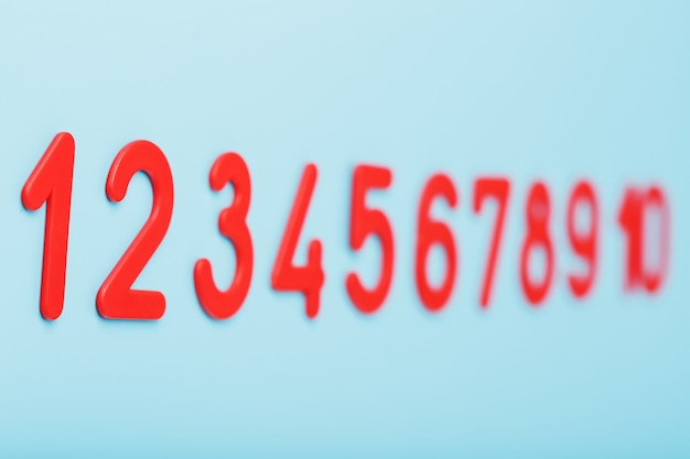 Numéros Rouges Sur Fond Bleu Dans Une Rangée De Un à Dix. Photo Premium
