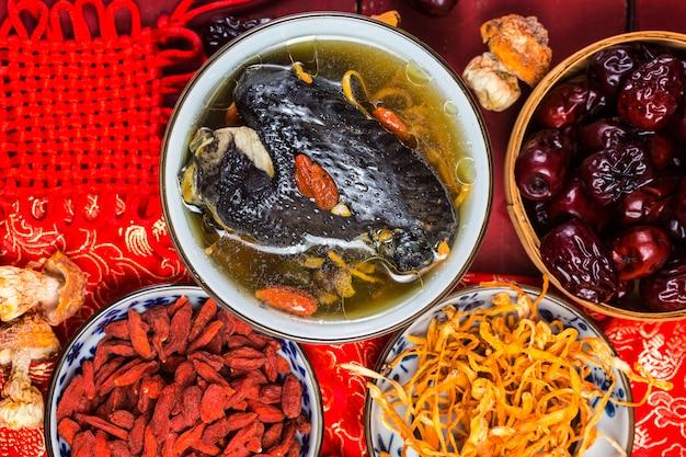 Nutrition Et Santé De La Soupe De Poulet Aux Os Noirs Photo Premium