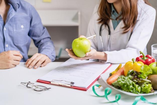 Nutritionniste Donnant Une Consultation Au Patient Avec Des Fruits Et Légumes Sains, Bonne Nutrition Et Concept De Régime Photo Premium