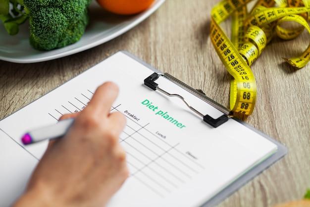 Un Nutritionniste Prépare Un Plan D'alimentation Pour Une Femme En Surpoids Photo Premium