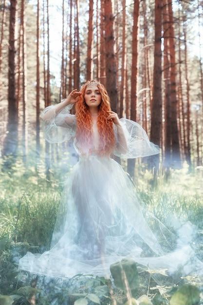 Nymphe de forêt belle femme rousse en robe bleue Photo Premium
