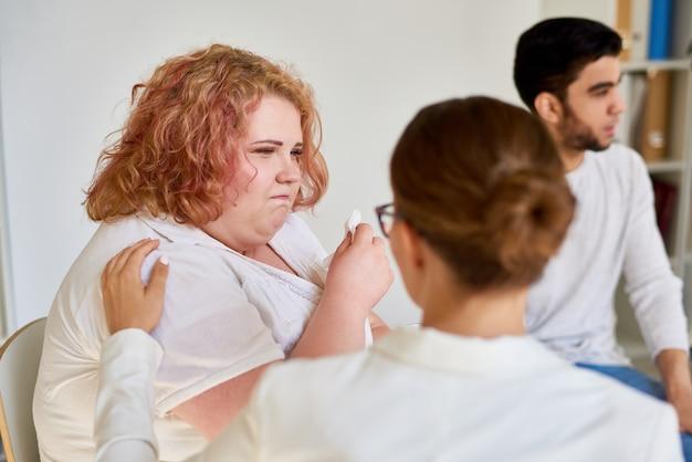 Obèse Jeune Femme Pleurant En Session De Groupe De Soutien Photo Premium