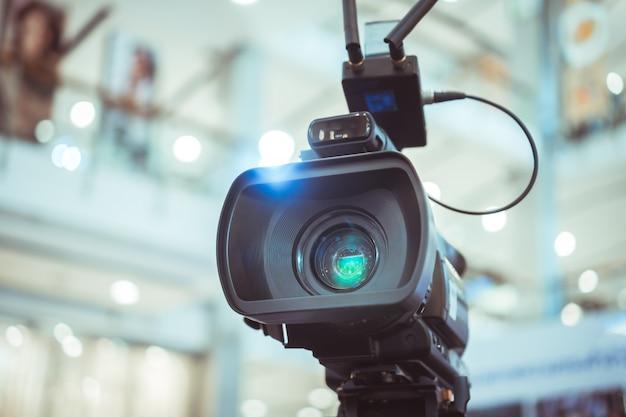 Objectif du film de la caméra vidéo enregistrement du tournage de la grande ouverture dans une salle de conférence en streaming Photo Premium