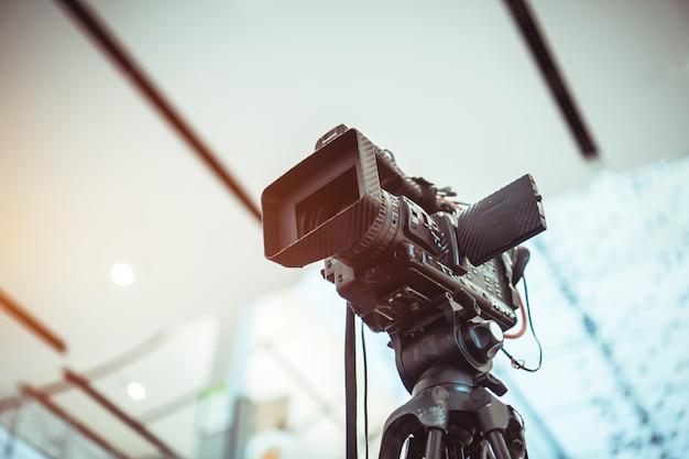 Objectif Du Film D'enregistrement De Caméra Vidéo Tournage De La Grande Ouverture Dans La Salle De Conférence Microphone Wifi Streming En Direct Photo Premium
