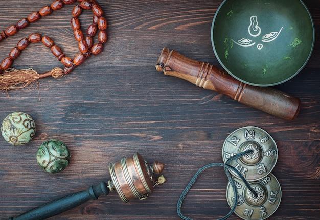 Objet De Religion Asiatique Avec Intestin Chantant Photo Premium
