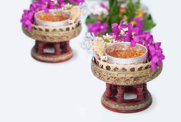 Un objet traditionnel se prépare à être utilisé au festival de songkran Photo gratuit