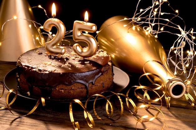 Objets De Fête Joyeux Anniversaire Sur Table Photo gratuit