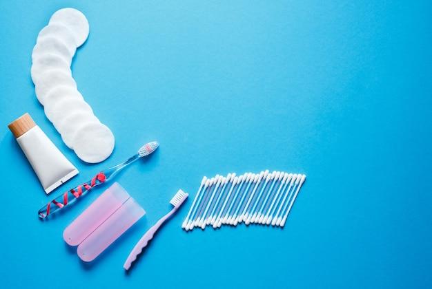 Objets D'hygiène Et Routine Quotidienne. Brosse à Dents Avec Housse De Protection Bactérienne, Cotons-tiges Et Parfum Photo Premium
