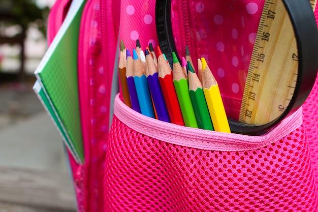 Objets de papeterie. les fournitures scolaires sont dans le sac à dos. image tonique. Photo Premium