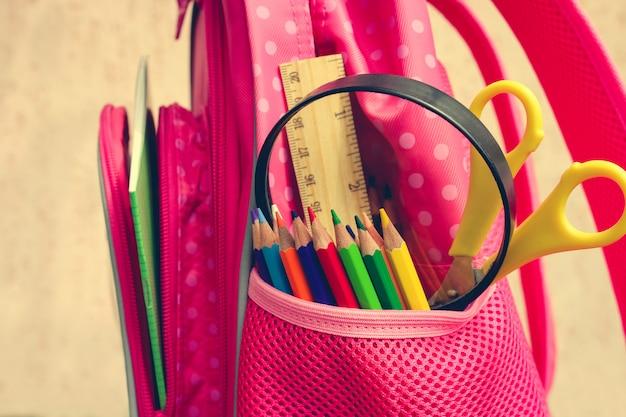 Objets de papeterie. les fournitures scolaires sont dans le sac à dos. Photo Premium
