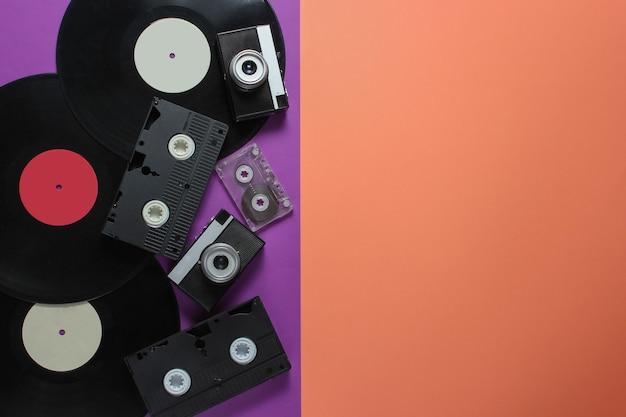 Objets Rétro. Appareil Photo Rétro, Disques Vinyles, Cassettes Vidéo, Cassette Audio Sur Fond Coloré Avec Espace Copie. Photo Premium
