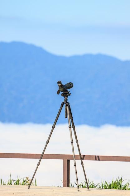 Observation d'un oiseau monoculaire ou longue-vue sur un trépied en forêt Photo Premium