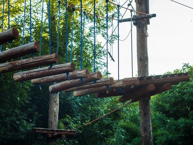 Obstacle de pont en bois de parc de corde dans la forêt Photo Premium