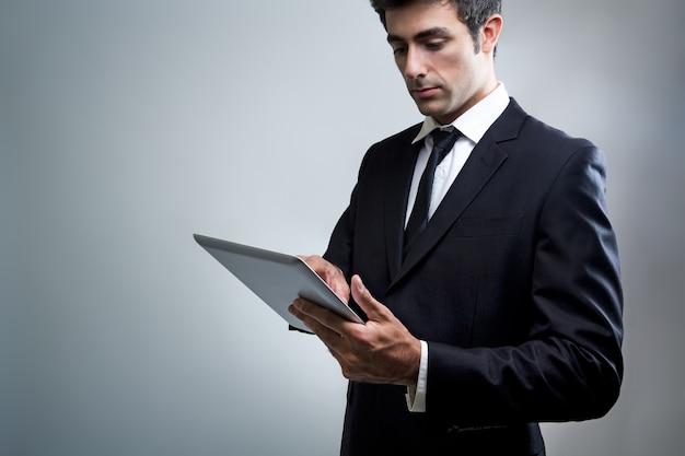 Occupation de la tablette électronique tenue ordinateur Photo gratuit