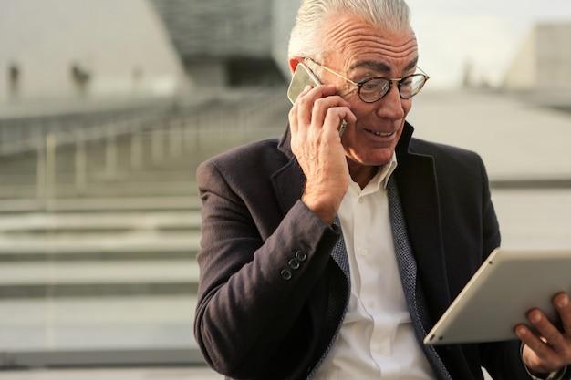 Occupé homme d'affaires senior avec un ordinateur portable Photo Premium