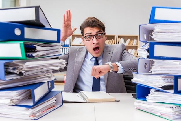 Occupé homme d'affaires stressé par un travail excessif Photo Premium