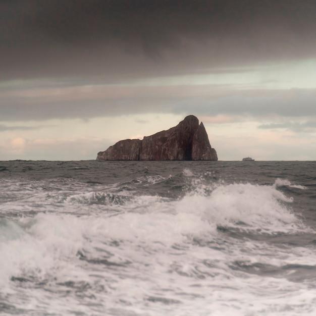 Océan Pacifique Avec Kicker Rock En Arrière-plan, L'île San Cristobal, îles Galapagos, équateur Photo Premium