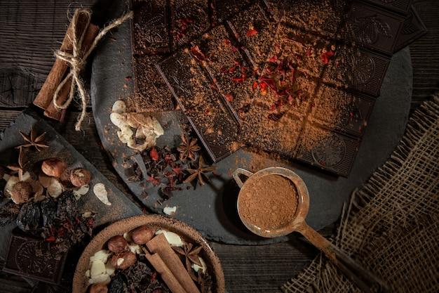 Odessa, ukraine. tablette de chocolat millennium rostik, chocolat, cacao, épices et épices cannelle, poivron rouge, sur fond sombre. Photo Premium