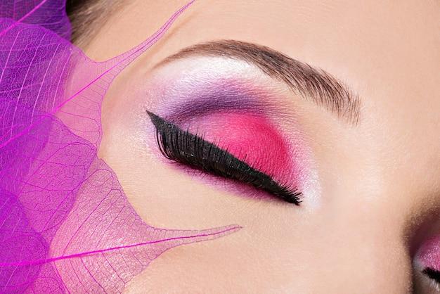 Oeil Féminin Avec Belle Mode Maquillage Rose Vif Photo gratuit