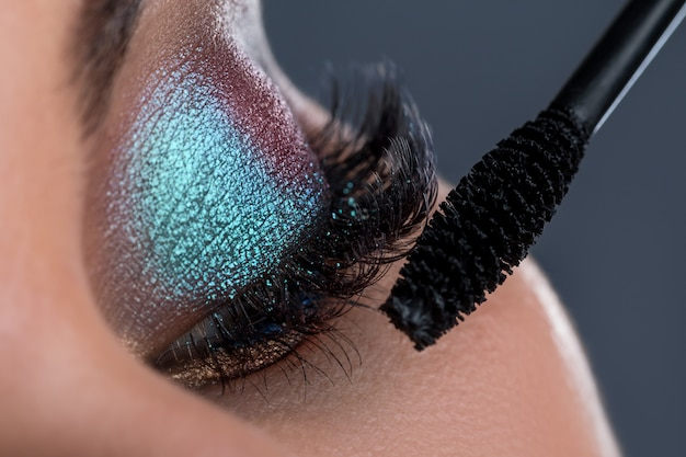 Œil Féminin Avec Une Longue Brosse En Lashesh Et Mascara Photo Premium
