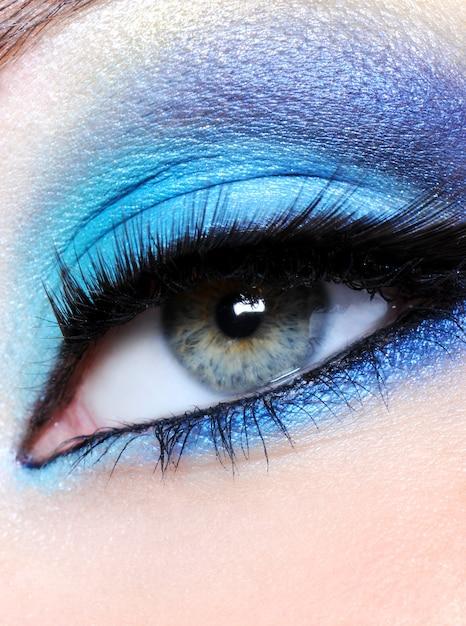 Oeil Féminin Avec Maquillage Bleu Vif - Macro Shot Photo gratuit