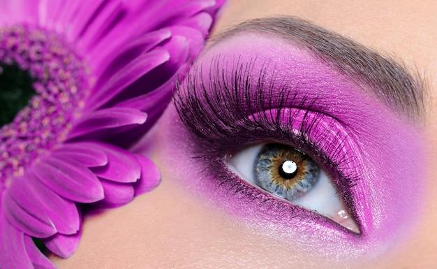 Oeil De Femme Avec Maquillage Violet Et Longs Faux Cils - Fleur De Gerber Photo gratuit
