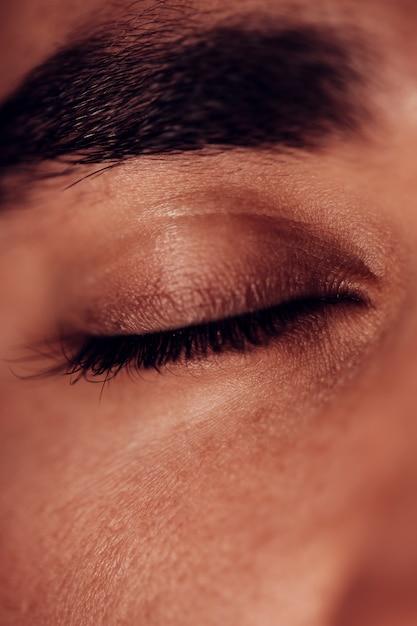 Oeil fermé avec front foncé Photo gratuit