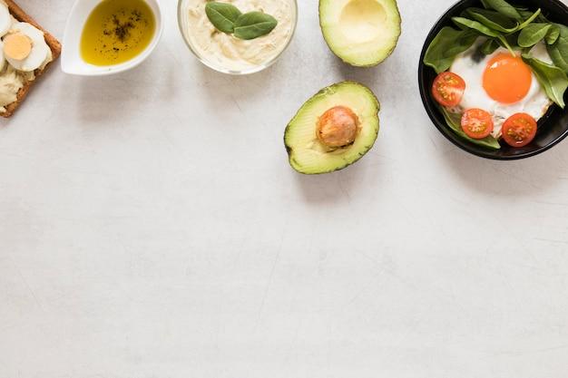 Oeuf Au Plat Plat Dans Les Tomates Pan Et Avocat Avec Espace Copie Photo gratuit