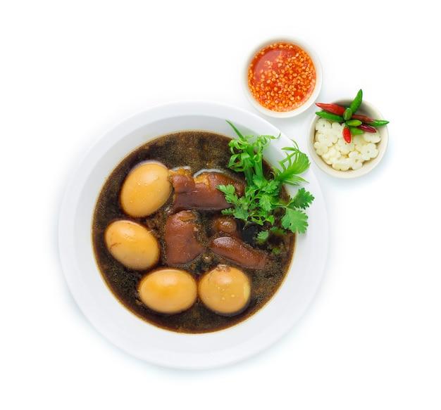Oeuf Cuit Et Cuisse De Porc Dans Une Soupe Brune Sucrée Photo Premium