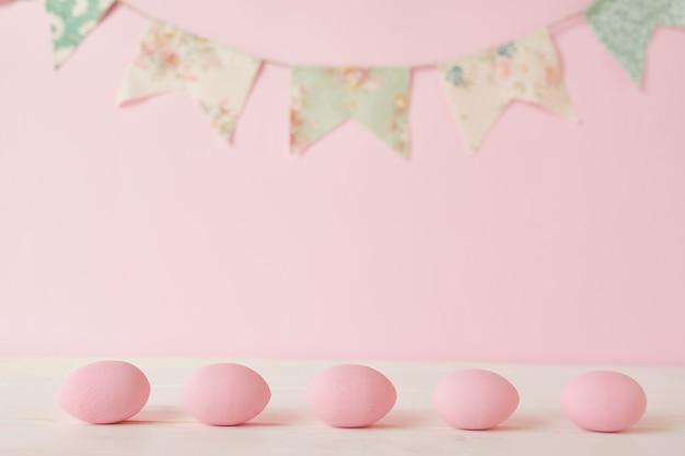 Oeuf Et Guirlande Peints En Rose De Pâques Photo Premium