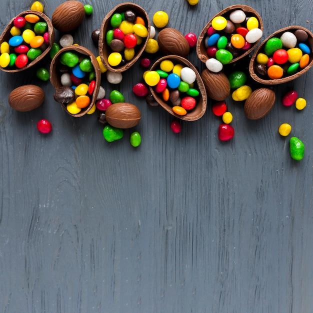 Oeufs au chocolat avec des bonbons colorés Photo gratuit