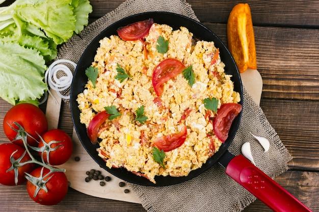 Oeufs brouillés et tomates Photo gratuit