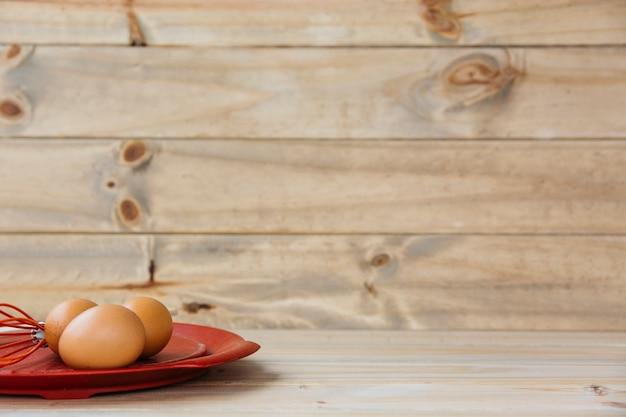 Œufs bruns au fouet sur plaque Photo gratuit