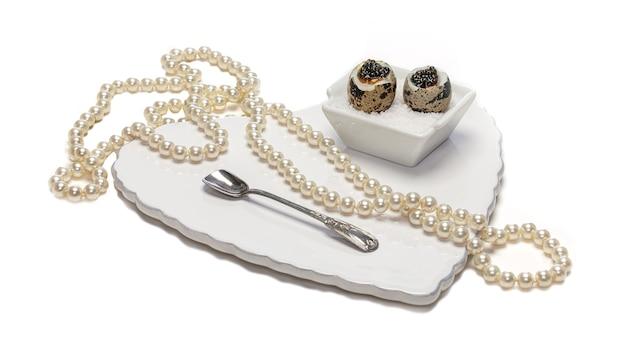 Oeufs De Caille Bouillis Au Caviar Pour La Saint Valentin Sur Fond Blanc Photo Premium