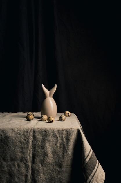 Œufs de caille et figure abstraite sur la serviette Photo gratuit
