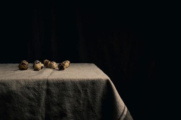 Œufs de caille sur la serviette entre la noirceur Photo gratuit