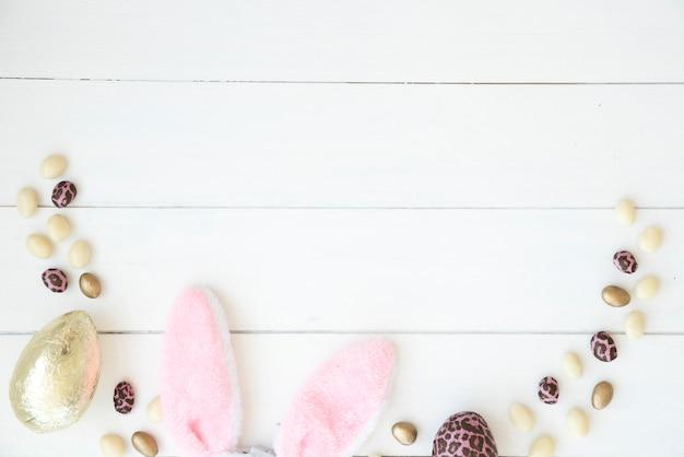 Oeufs en chocolat et oreilles de lapin de pâques Photo gratuit