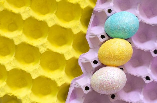 Des oeufs colorés décorent avec des paillettes pour le jour de pâques. Photo Premium