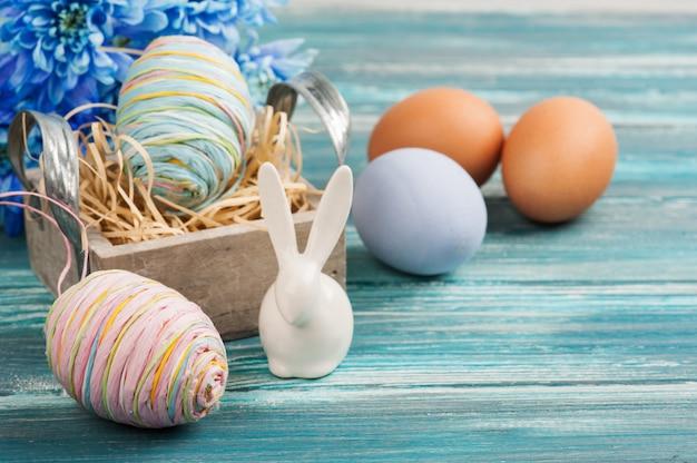 Œufs, fleurs et lapin décoratif Photo Premium