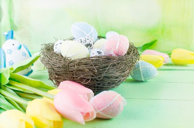 Oeufs de jouets décoratifs dans le nid Photo Premium