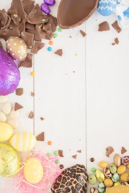 Oeufs de pâques au chocolat sur une table en bois Photo gratuit