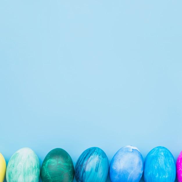 Oeufs de pâques sur fond bleu Photo gratuit