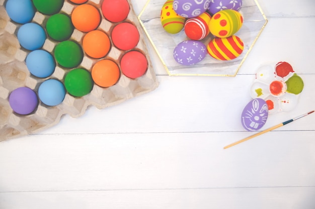Oeufs De Pâques à La Main Colorés Isolés Sur Fond Blanc. Photo Premium